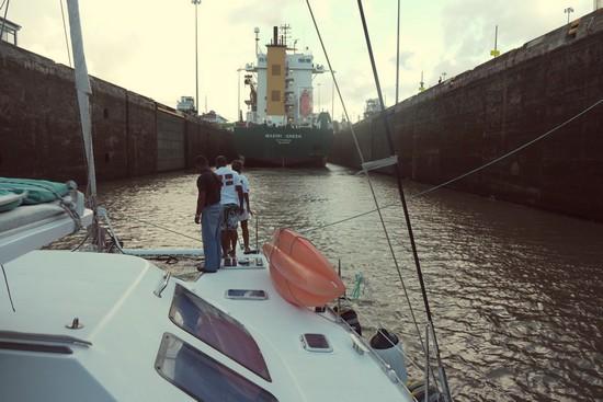 Derrière un cargo dans les écluses de Panama.