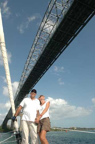 José et Betty sous le pont des Amériques.