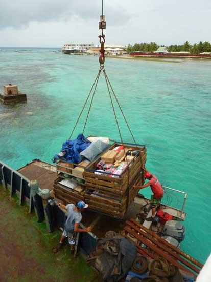 Déchargement devant un atoll inaccessible en bateau.