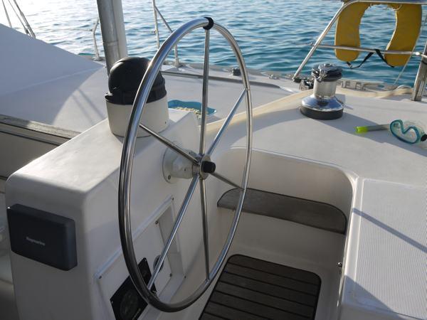 Une des deux barres à roue du Lagoon 47.