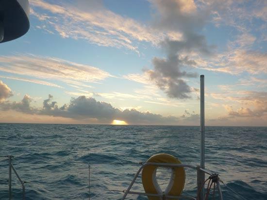 Lever du jouir à bord d'Amuitz au large de la Papouasie.