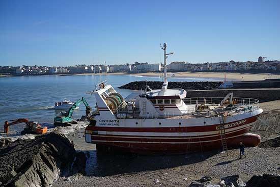 Le chalutier échoué à Ciboure a repris la mer.