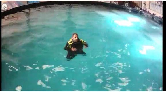 Tomber à l'eau avec ses bottes et ciré… conséquences et test filmés.